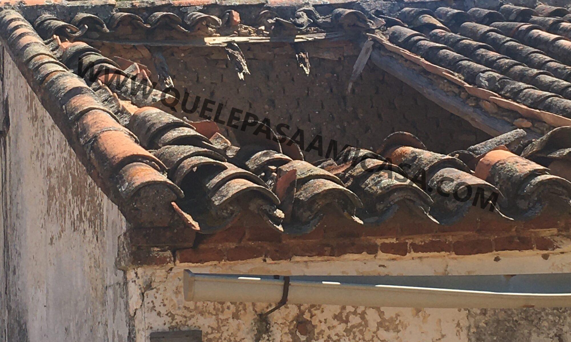 Cubierta con estructura de madera con colapso parcial en uno de sus paños