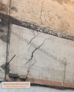 Muro con grietas inclinadas y en forma de arco