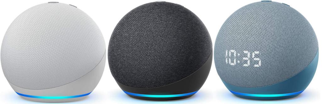 Echo Dot de cuarta generación en color blanco, negro, y azul grisáceo con reloj